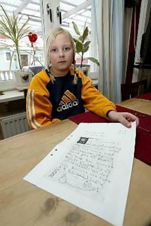 Foto: FRANK JULIN Vill ha mormor kvar. Elvaåriga Amanda Belin i Strömsbro tog fram sitt bästa  brevpapper och skrev en vädjan till kommunen att inte bygga så många  mobilmaster. Då kanske hennes mormor måste flytta. I kväll går hon på sitt  första kommunfullmäktige. Med mormor förstås.