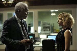 Morgan Freeman och Scarlett Johansson övertygar i sina skådespelarinsatser.    Foto: Universal Pictures