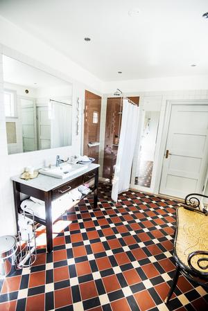 För att passa in i husets stil, har Magnus tagit en arkitekt till hjälp för att skapa ett tidsenligt badrum.