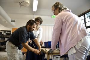 Samarbete. Tommy Andersson skalar plasten av en kopparkabel tillsammans med Beatrice Bozon-Nelson och Els-Marie Korneliusson.