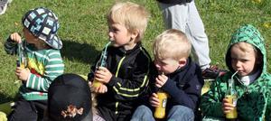 SUGNA KILLAR. Att dricka juice med sugrör var extra festligt tyckte Alfred Brattberg, Charlie Gidlund, Emil Aronsson och Nicke Andersson.