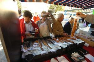 Hos fiskrökarn Totte var kön lång till delikatesserna redan vid marknadsstarten. Hos honom gällde det att hänga på låset annars var chansen att få en ål eller fisk rökt.