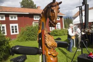 Den mongoliska fiolen har ett snidat hästhuvud. Många av sångerna handlar om hästar.