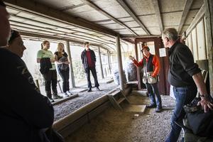 Håkan Norell instruerar eleverna hur det går till att skjuta lerduva. Bredvid honom står  Stig Martinsson, rektor för Naturbruksprogrammet och lärare i jägarexamen.