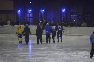Elias Engholm får hjälp av isen efter situationen.