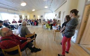 Korttidsplatser diskuterades i en fullsatt Kyrkbacksgård i Särna där Lenita Hahlin och Cattis Andersson informerade om hur de uppfattar beslutet. Foto: Nisse Schmidt