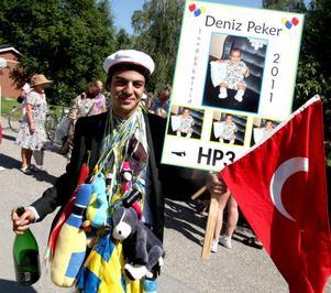 Deniz Peker var blöt men glad. Efter utsparken blev han nedsprutad med champagne av släkt och vänner.