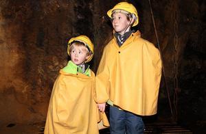 Snart ska guiden släcka ljuset helt i gruvan. Mörkret blir kompakt, ett av de mest spännande ögonblicken i gruvan, tycker Gustav och Vilhelm Ljung