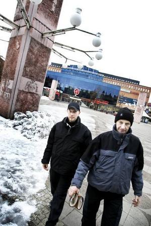 NÖJDA. Stadsvärdarna Fredrik Bergkvist och Rolf Jonsson tror att nya Stortorget ger ett helt annat    helhetsintryck än i dag när det blir klart nästa sommar. Isfläckarna försvinner när markvärmen byts ut och pylonerna får en ny, diskretare ljussättning.Foto: Britt Mattsson