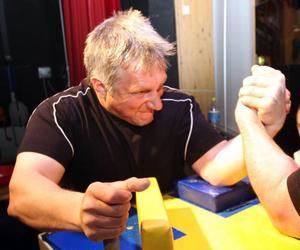 Ronny Johansson, 42, är timmerman och en stark kraft i dubbel bemärkelse i arrangörsklubben Strömbrytarna. Han blev tvåa i veteranernas 100-kilosklass. Vann gjorde klubbkamraten Håkan Berglund som bor i Gäddede.Strömbrytar- nas  Jessica Bredin blev tvåa i flickornas 60-kilosklass.