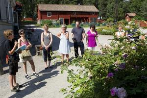 Rosintresserade. Museiträdgårdsmästare Maria Löfgren berättade om rosorna på Vallby för ett tiotal intresserade. Här berättar hon om rosen Blush damask som endast blommar en gång per år, men å andra sidan kan bli rejält stor.Foto: Per Groth