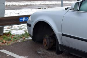 Vänster framhjul och höger bakhjul stals från en bil vid Musikanten natten mot tisdag.