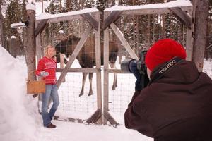 FOTAS MED ÄLGAR. Fotografen Lasse Åbom fotar modellen Angelica Pennerdahl tillsammans med Lillprinsen.