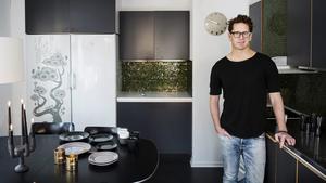 Grått golv och grå luckor bildar en bra rofylld bas i Stefan Nilssons kök.