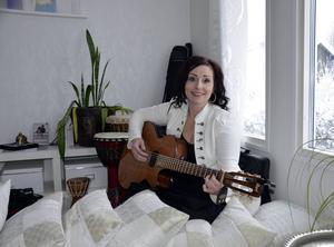 Sången och musiken är den röda tråden i Eva Näsmans liv. Hon är en allsidig kulturarbetare och barnledare.