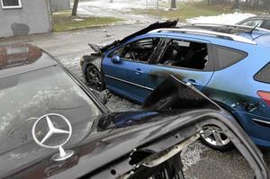 Stora skador. En äldre Mercedes och en nyare Peugeot totalförstördes vid en anlagd brand på Skinnarbacken natten till fredag.