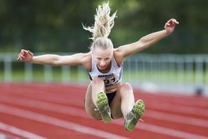 Karolina Svensson i ett längdhopp vid Waplansspelen för en del år sedan.