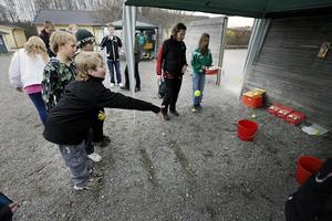 -Titta jag vann! sade en mycket glad William Svärd, 8 år, när han visade upp två chokladkakor för kompisarna. Dem hade han vunnit genom att kasta boll i hink.