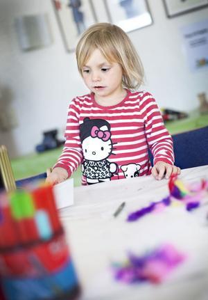 Ella Emblad, 2 år, gillar påskpyssel.
