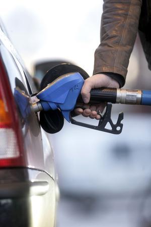 Dyra droppar. De rödgröna vill höja bensinskatten med 49 öre litern. FOTO: SCANPIX