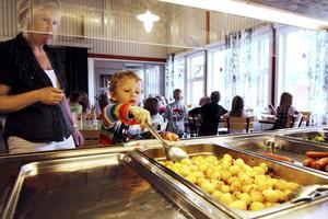 Skollunch. Aija Nummela hjälper Gustav Falk att ta för sig av tisdagens lunch, själv äter hon i lärarrummet om en stund.bild: Malin Eriksson
