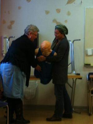 Läraren Barbro visar Golia HLR övning i Bollnäs på Komvux Omvårdnad. Insänt av  Anne Larsson i Bollnäs