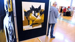 Magdalena Brunzell visar elva målningar på biblioteket i Bollnäs.