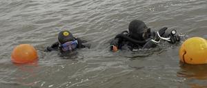 I bojarna fäster de kedjor som dykarna använder för att stycka av sjöbottnen för att strukturera sökningen.