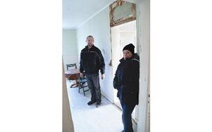 Jonas Larsson och Catarina Eriksson i en av de två lägenheter som är mer eller mindre färdigrenoverade. Foto: Andreas Irebring/DT
