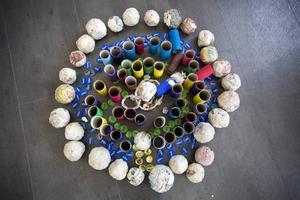Installationen är gjord av återvunnet material som barnen själva varit med och samlat ihop.