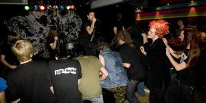 Gruppen Totalt Jävla Mörker lyste upp tillvaron för Hudiksvalls punkälskande publik.