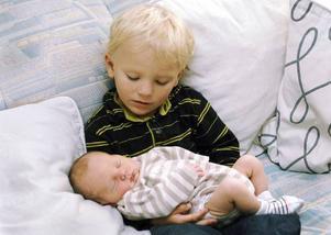 Syskonkärleken är ofta stor, men glöm inte att det större barnet har andra behov än det nyfödda. Ett tips är att föräldrarna delar på sig och gör saker på var sitt håll med var sitt barn.