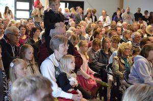 Publiken lyssnar.