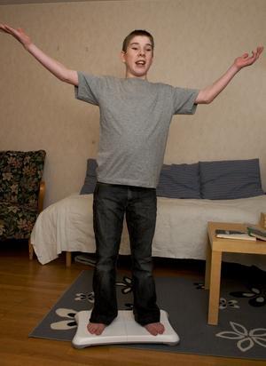 Nytt rekord! Jonathan Fjellström, på balansbrädan som hör till spelkonsolen, har just klarat av ett långt backhoppningshopp: 139 meter.
