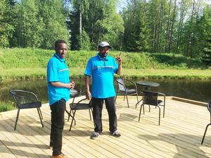 Mohammed Hassn (till vänster) och Hamod Hussein sommarjobbar på på den nystartade fiskeanläggningen i Häggdånger.