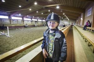 Elis Hedlund rider han också, men skulle hellre spela fotboll och simma. Han tycker att det blir jobbigt att åka långt för att träna.