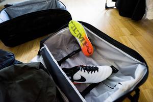 Fotbollsskorna – en viktig del i packningen.