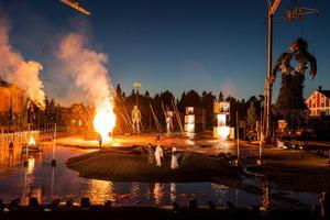 Här dryper blod och svallar känslor: Ingela Brimberg (Elektra), Thomas Lander (Orestes) och Susanna Levonen (Chrysothemis) med Elektras ståljätte i bakgrunden.