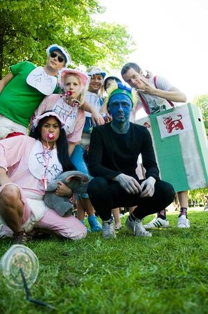 Jesper, Mafaye, Josefine, Susanna, Angelica, Jens och Robin från NV/SP 3A, B och E, Kunskapsgymnasiet, var utklädda till Arla, Blueman group och ettåringar.