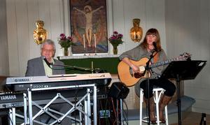 Erik Lihm och Kerstin Forslund började samarbeta med varandra för några år sedan. De framför både egna och andras låtar.