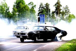 Värmer däcken. En burnout innan start gör att greppet blir bättre när racet körs.