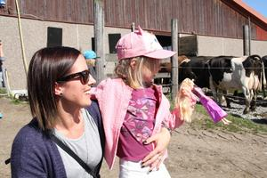 Helena Groth Glorvigen och dottern Ella njöt av kosläppet.