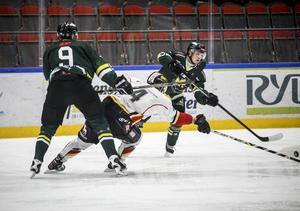 Kalle Johansson löser en situation i egen zon.