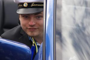 Johan Jansson, Herrskogen Strömsholm, anländer i BMW-cab framförd av sin äldste bror Niclas. Glad student 2012. Långväga gäster från Vänersborg och tre bröder med familjer välkomnade och gratulerade. Johan  har gått IT multimedia musik på IT-gymnasiet.