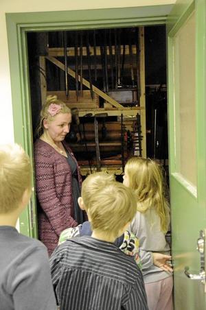 På led. En i taget fick besökarna på Stripa kika in i arkivet, eller som museipedagogen Sara Sporre kallar det: Skattkammaren.
