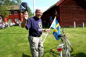 Överlämning. Herbert Seil från Korpen kom cyklandes med fanan i högsta hugg och lämnade över flaggan med gott humör på Fokärna gammelgård.