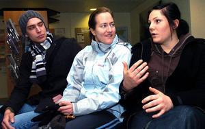 Klurig fråga. Patrik Strömqvist, 24, Joanna Nilsson, 19, och Maria Gustavsson, 24, tycker att frågan är svår.