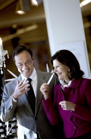 Vid parfymorgeln fick drottning Silvia lukta på olika essenser tillsammans med parfymören Pierre Wulf.