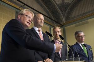 Försvarsminister Peter Hultqvist (S), Daniel Bäckström (C) Anders Schröder (MP) och Hans Wallmark (M) presenterar försvarsuppgörelsen mellan regeringen, Centerpartiet och Moderaterna.