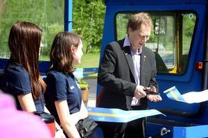 Abbe Ronsten klipper band och inviger turisttåget TURiS i Säterdalen, i juni 2015.